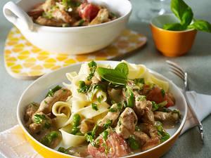 Putenragout in Basilikumsoße mit Spitzkohl, Tomaten und Erbsen zu Bandnudeln Rezept