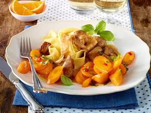 Putenragout mit Orangen-Chili-Möhren und Bandnudeln Rezept