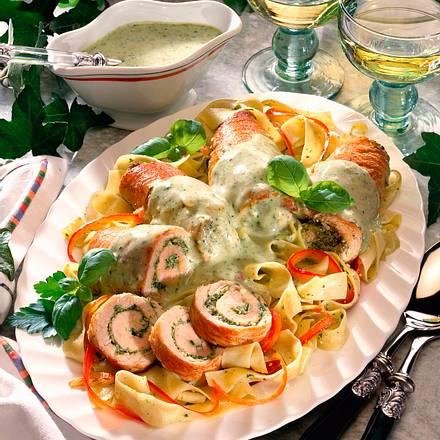Putenröllchen in Pesto-Sahne Rezept