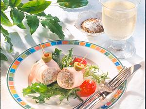 Putenröllchen mit Käsecreme und Salat Rezept
