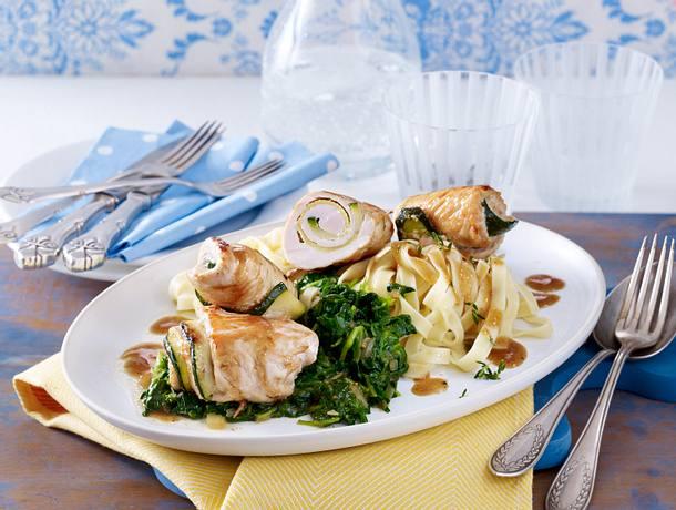 Putenröllchen mit Meerrettich und Zucchini mit Würzspinat auf Bandnudeln Rezept