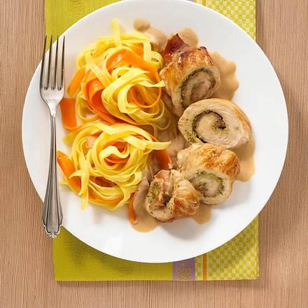 Putenröllchen mit Parmaschinken und Pesto auf Gemüsenudeln Rezept