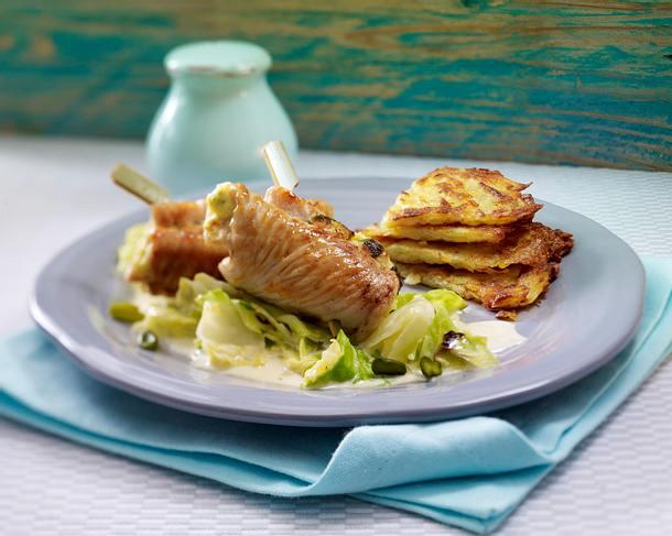 Putenröllchen mit Pistazien-Frischkäse-Füllung zu Sahne-Spitzkohl und Rösti (Single) Rezept