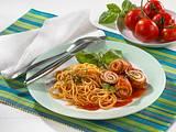 Putenröllchen mit Zucchini-Füllung und Tomatensoße Rezept