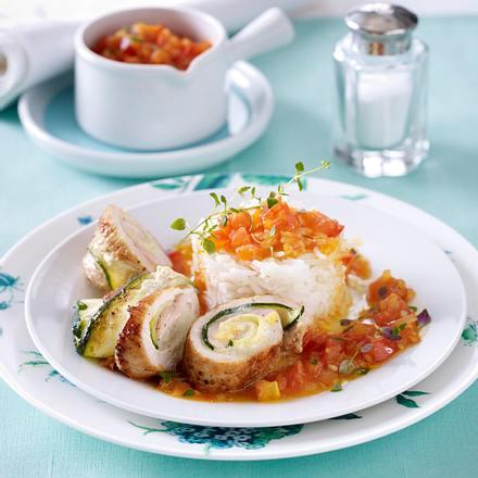 Putenröllchen mit Zucchini-Kräuterfrischkäse-Füllung auf Tomatensugo mit Reis Rezept