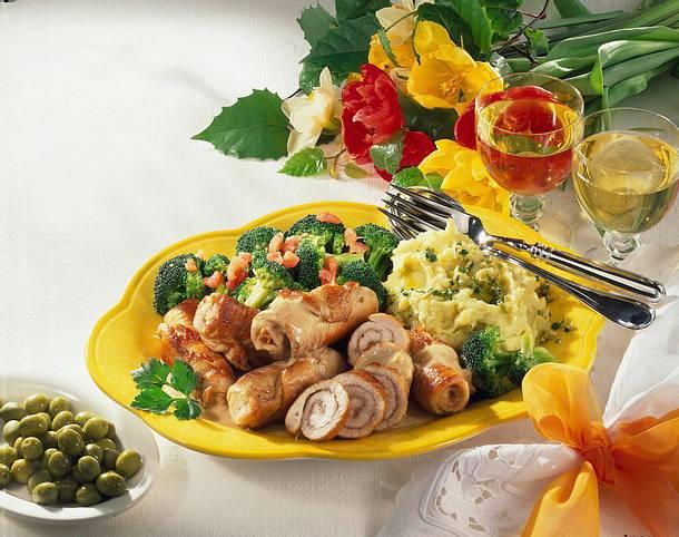 Putenröllchen zu Oliven-Püree & Broccoli Rezept