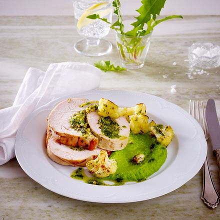 Putenrollbraten mit Erbsenpüree und gebratenem Blumenkohl Rezept