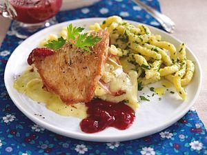 Putenschnitzel a la Cordon bleu mit Spätzle und Preiselbeersoße Rezept