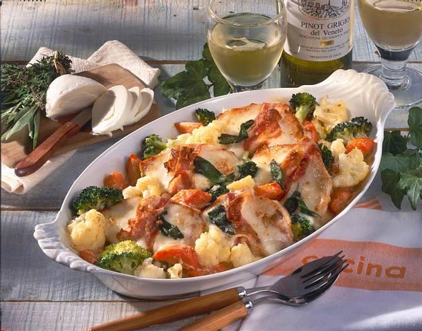 Putenschnitzel im Speck-Mozzarella-Mantel auf Gemüse Rezept