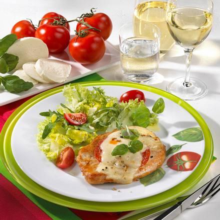 """Putenschnitzel """"Tomate-Mozzarella"""" mit grünem Salat Rezept"""
