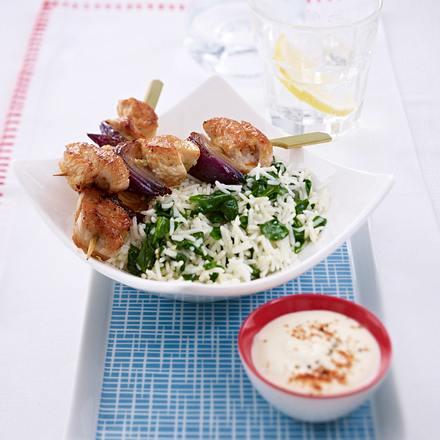 Putenspieße auf Spinat mit Reis Rezept