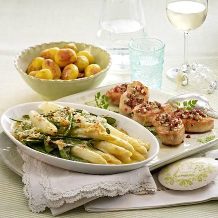 Putensteaks mit Kräuter-Schinken-Crisp zu Spargel und Röstkartoffeln Rezept