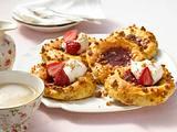 Quark-Ölteig-Taler mit Erdbeerkonfitüre, Erdbeeren und Schlagsahne Rezept