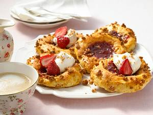Quark-Ölteig-Taler mit Erdbeerkonfitüre und Erdbeeren Rezept