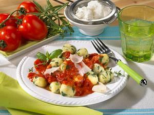 Quark-Spinat-Klößchen mit Tomatensoße Rezept