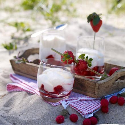 Quarkmousse mit Erdbeeren und Vanillerahm Rezept