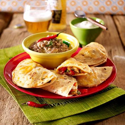Quesadillas mit frijoles refritos (Gefüllte Käse-Tortillas mit Bohnenpüree) Rezept