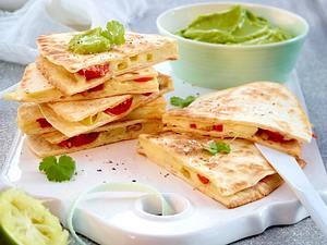 Quesadillas mit Tomaten-Mozzarella-Füllung und Guacamole Rezept