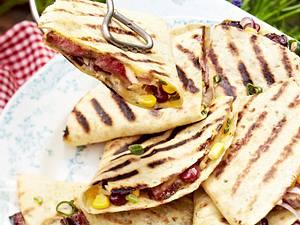 Quesadillas vom Grill mit Rindfleisch, Bohnen, Mais und Guacamole Rezept