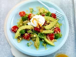 Quinoa-Avocado-Salat mit Kirschtomaten und pochiertem Ei Rezept