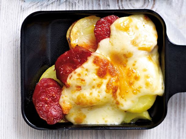 raclette pf nnchen mit kartoffeln chorizo und raclettek se rezept. Black Bedroom Furniture Sets. Home Design Ideas