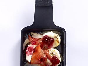 Raclette-Pfännchen mit Ziegenfrischkäse, Preiselbeeren, Schwarzwälder Schinken, Birne Rezept