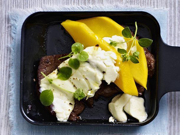 Raclette-Pfännchen mit Rinderfilet, Mango und Feta Rezept