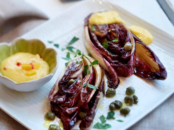Radicchiospalten mit Kapern und Mango-Crème-fraîche-Dip Rezept
