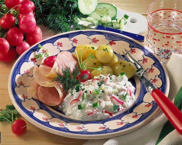 Radieschen-Gurken-Quark zu Kartoffeln und Sülze Rezept