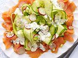 Radieschen-Gurken-Salat auf Lachs mit Mohn-Crème-fraîche Rezept