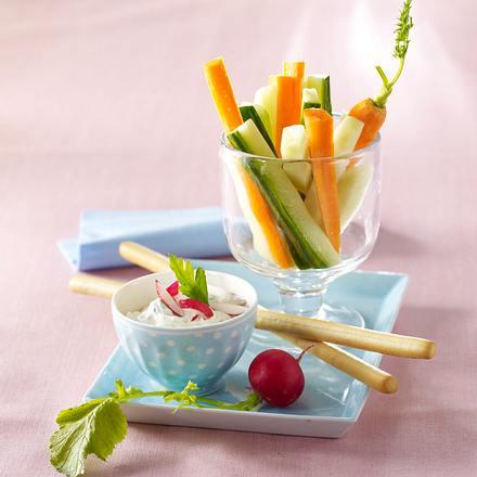 Radieschen-Kräuterquark-Dip zu Gemüsesticks Rezept