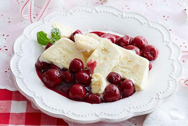 Raffaello-Eis mit heißen Amarettokirschen Rezept