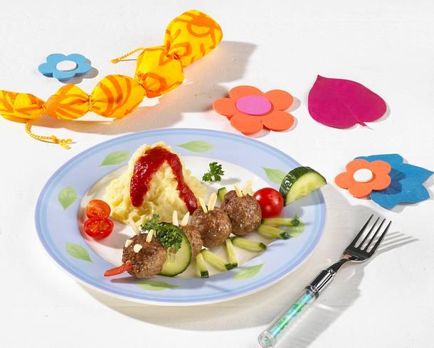 Raupe aus Hackbällchen-Gurke-Kirschtomaten-Spießen zu Kartoffelpüree-Vulkan mit Ketchup Rezept