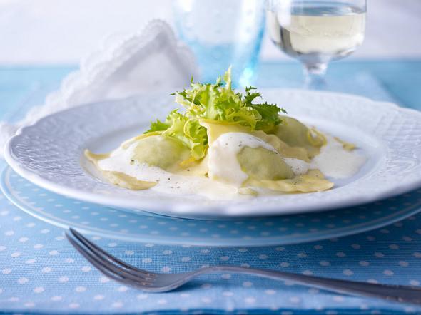 Ravioli gefüllt mit Ricotta-Bärlauch-Creme mit schaumiger Zitronen-Butter-Soße Rezept
