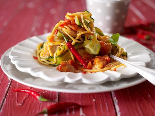 Red hot Chili-Pasta (Scharfe Tomatensoße zu Spaghetti mit Hähnchenfilet) Rezept