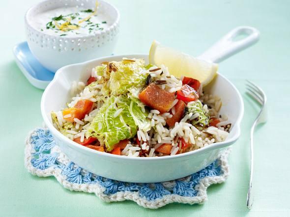 Reispfanne mit Wirsing-Paprika-Gemüse und Saure-Sahne-Dip Rezept