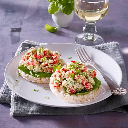 Reiswaffel mit Artischockenböden-Püree, Tomatenwürfeln, gemahlenen Mandeln, Lauchzwiebelringen und Basilikum Rezept