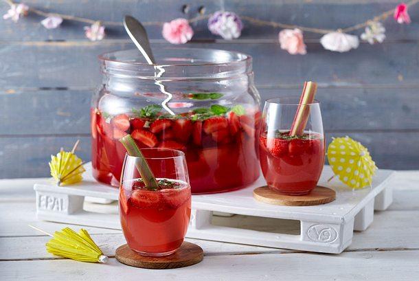 Rhabarber-Bowle mit Erdbeeren Rezept