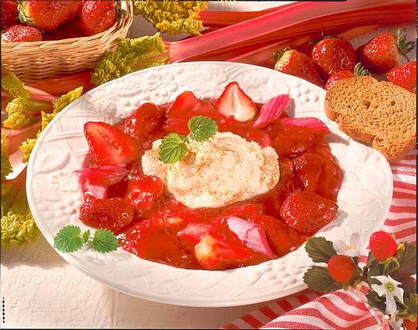 Rhabarber-Erdbeerkompott mit Grießhaube Rezept