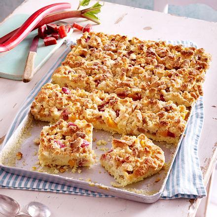 Rhabarber-Pfirsich-Kuchen vom Blech mit Marzipanstreuseln Rezept