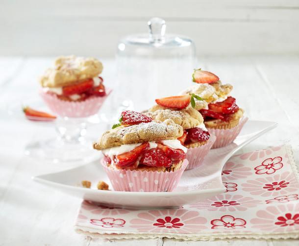 Rhabarber-Streuselmuffins mit Erdbeeren Rezept