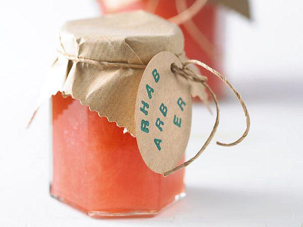 Rhabarberkonfitüre mit Holunderblüten Rezept
