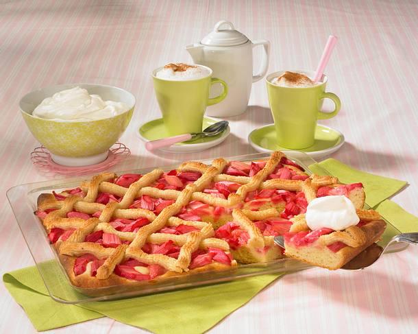 Rhabarberkuchen vom Blech mit Makronengitter Rezept