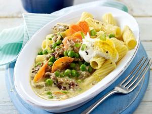 Rigatoni mit Curry-Hacksoße, Möhren und Erbsen Rezept