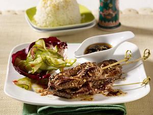 Rinder-Satespieße mit Sesam-Soja-Soße, Blattsalat und Reis Rezept