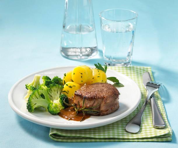 Rinderfilet mit Broccoli-Gemüse und Petersilienkartoffeln Rezept