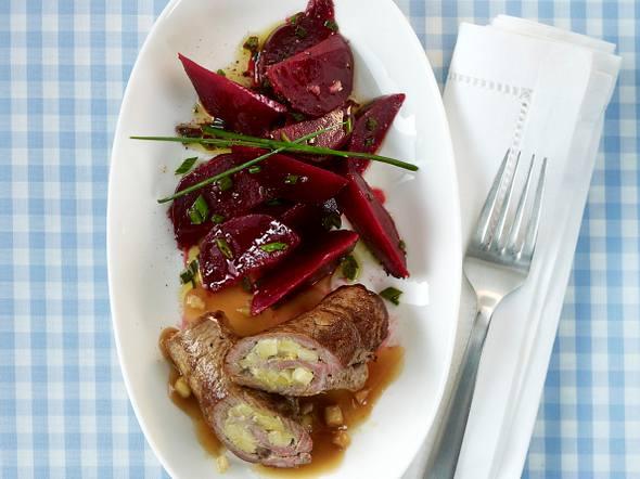 Rinderfilet-Rouladen mit Apfel-Meerrettich-Füllung und Rote Bete Salat Rezept