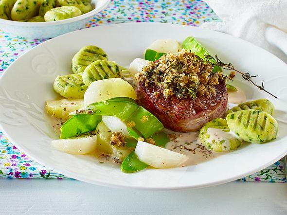 Rinderfiletsteak mit Pfefferkruste zu Bärlauchgnocchi und feinem Gemüse Rezept