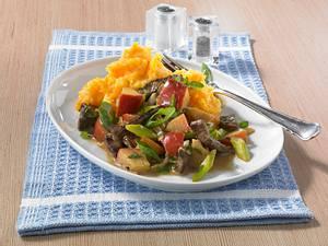 Rindergeschnetzeltes mit Apfelspalten und Möhren-Püree (Diät) Rezept