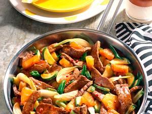 Rindergeschnetzeltes mit Lauchzwiebeln, Zucchini und Ananas Rezept